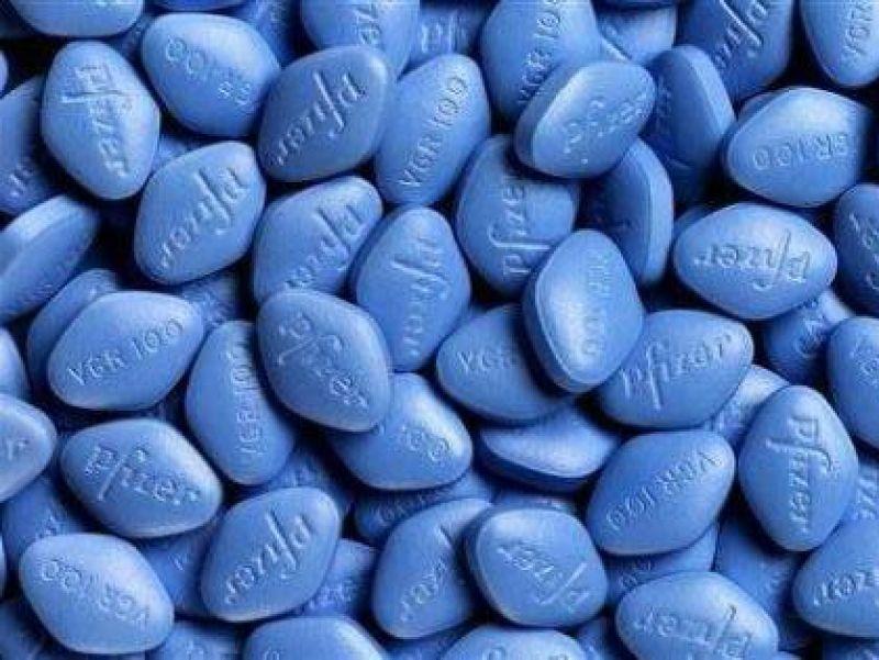 Viagra od společnosti Pfizer je nejznámějším lékem na léčbu poruch erekce. Její účinnou látkou je sildenafil.